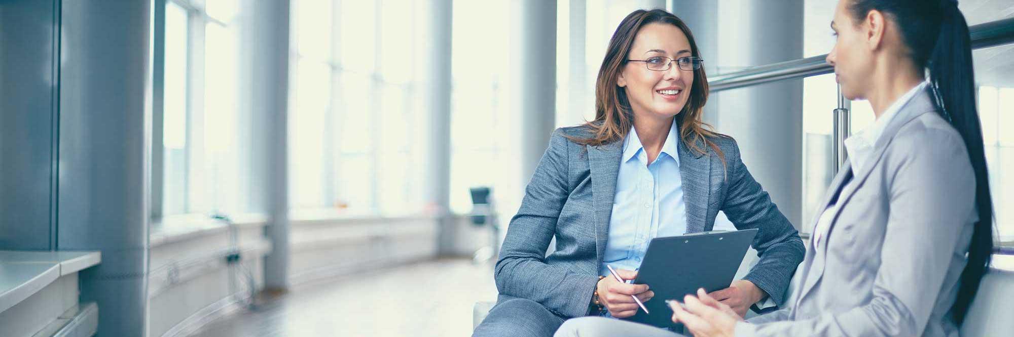 mujeres en una reunión informal de trabajo