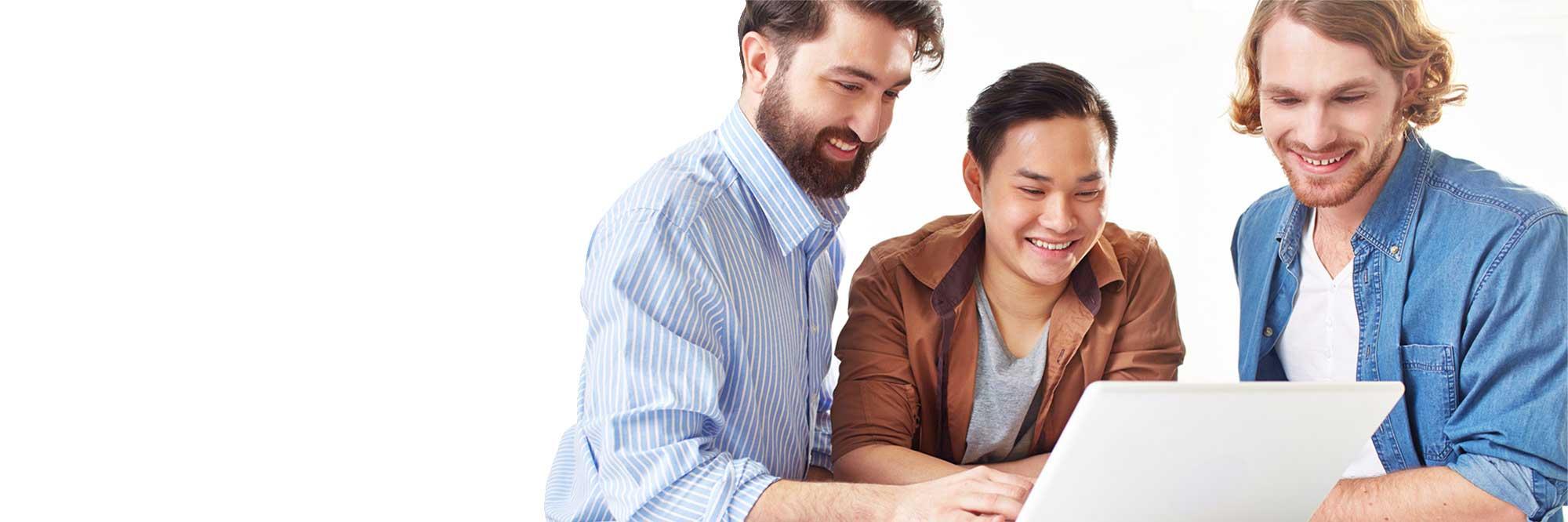 tres jóvenes frente a un ordenador formación online